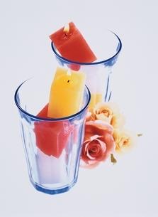 花とグラスの中のキャンドルの写真素材 [FYI03351177]