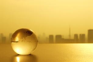 ガラスの地球儀と東京の風景の写真素材 [FYI03351285]