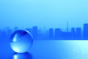 ガラスの地球儀と東京の風景の写真素材 [FYI03351291]