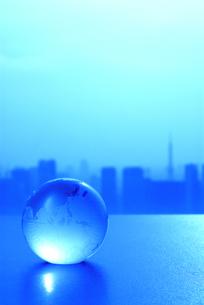 ガラスの地球儀と東京の風景の写真素材 [FYI03351298]