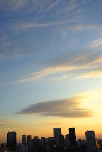 ビル群と夕焼けの写真素材 [FYI03351306]