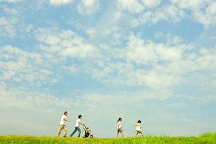 草原を歩く5人家族の写真素材 [FYI03351313]