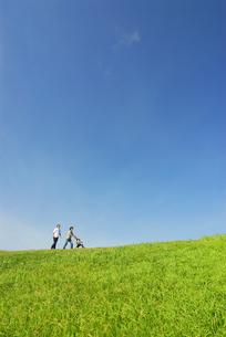 ベビーカーを押して歩く夫婦の写真素材 [FYI03351315]