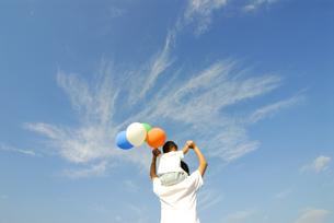風船を持って肩車をする親子の後姿の写真素材 [FYI03351329]