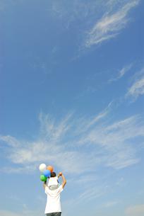 風船を持って肩車をする親子の後姿の写真素材 [FYI03351330]