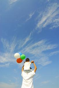 風船を持って肩車をする親子の後姿の写真素材 [FYI03351331]