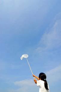 虫取りアミを持つ女の子の写真素材 [FYI03351337]