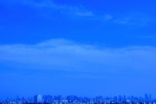 東京タワー方面のビル群と空と雲の写真素材 [FYI03351388]
