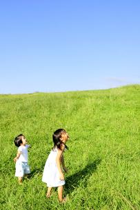 子供たちと草原の丘の写真素材 [FYI03351398]