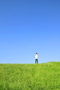 草原で肩車をする親子の写真素材 [FYI03351399]