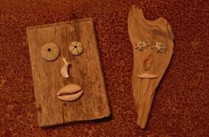 板と貝殻で作った顔イメージ(オレンジ色)の写真素材 [FYI03351436]