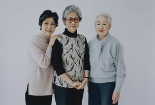 3人の日本人中高年女性の写真素材 [FYI03351551]