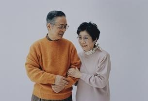 腕を組む日本人中高年夫婦の写真素材 [FYI03351558]