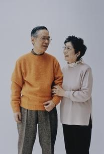 腕を組む日本人中高年夫婦の写真素材 [FYI03351564]