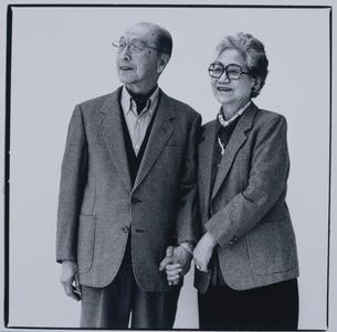 手をつなぐ日本人老夫婦の写真素材 [FYI03351566]