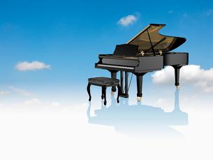 青空とグランドピアノのイラスト素材 [FYI03351702]
