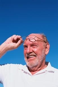 眼鏡をかけた外国人老人男性の写真素材 [FYI03351812]
