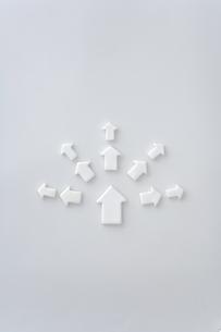 白い矢印のクラフトの写真素材 [FYI03352170]