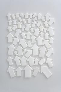 密集した白い矢印のクラフトの写真素材 [FYI03352172]