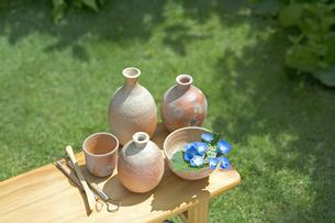 焼きものと陶芸の道具と紫陽花の写真素材 [FYI03352174]