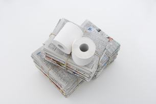 束ねた古新聞とトイレットペーパーの写真素材 [FYI03352190]