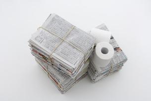 束ねた古新聞とトイレットペーパーの写真素材 [FYI03352191]