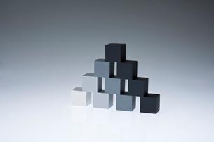 立方体のオブジェの写真素材 [FYI03352192]