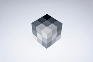 立方体のオブジェの写真素材 [FYI03352213]