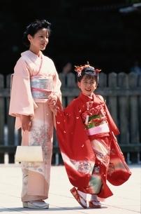 七五三の日本人の女の子と母親の写真素材 [FYI03352310]