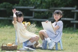 少女をスケッチブックに写生する日本人少女の写真素材 [FYI03352335]