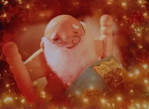 イルミネーションとサンタクロースの人形の写真素材 [FYI03353062]