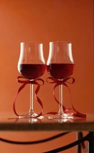 ペアーのグラスとリボンの写真素材 [FYI03353102]