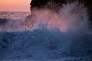 波と岩     北海道の写真素材 [FYI03353105]