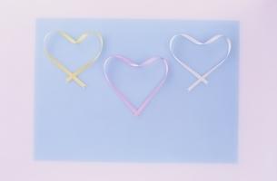三色のハート型のリボンの写真素材 [FYI03353279]