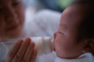 ミルクを飲む日本人の赤ちゃんの写真素材 [FYI03353290]