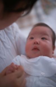 母親に抱かれる赤ちゃん  日本人の写真素材 [FYI03353292]