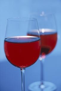 赤ワインの入ったグラス2つの写真素材 [FYI03353304]