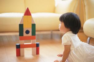 積み木で遊ぶ女の子の写真素材 [FYI03353312]