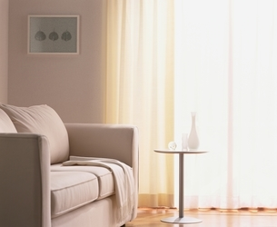 窓辺のソファーの写真素材 [FYI03353313]
