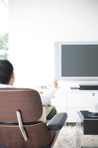 テレビをつける日本人男性の写真素材 [FYI03353326]