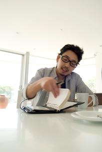 メモを取る日本人男性の写真素材 [FYI03353342]