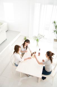 ダイニングルームで話す女性3人の写真素材 [FYI03353362]