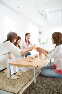 リビングで話をする女性4人の写真素材 [FYI03353366]