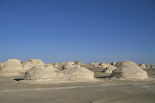 砂漠の岩の大群の写真素材 [FYI03353422]