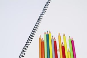 色鉛筆とスケッチブックの写真素材 [FYI03353440]