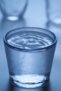 グラスの中の水紋の写真素材 [FYI03353450]