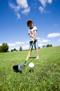 ゴルフする男の子の写真素材 [FYI03353563]