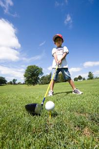 ゴルフする男の子の写真素材 [FYI03353564]