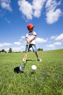 ゴルフする男の子の写真素材 [FYI03353565]