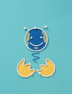 タマゴから生まれる笑顔の地球の針金クラフト(水色)の写真素材 [FYI03353584]